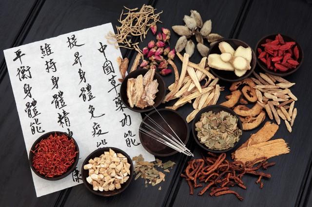 Receta natural escrita en caligrafía china acompañada de plantas medicinales tradicionales